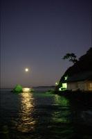 夫婦岩の月の出です