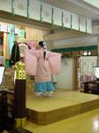 三津・拝殿で興玉の舞い